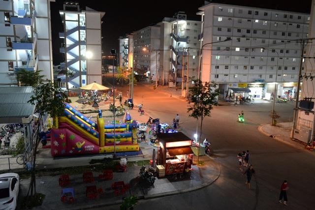 Tối đến, không gian trở nên nhộn nhịp với các khu vui chơi, dịch vụ ăn uống.
