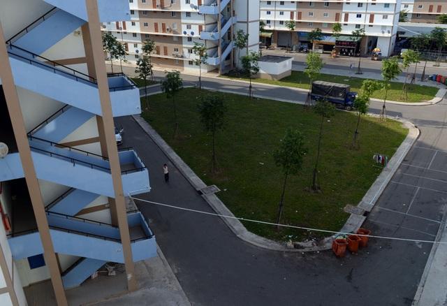 Mỗi tòa nhà có 5 tầng, được đánh theo lô A,B,C...Đường dẫn vào các tòa nhà sạch sẽ, có bãi cỏ và cây xanh.
