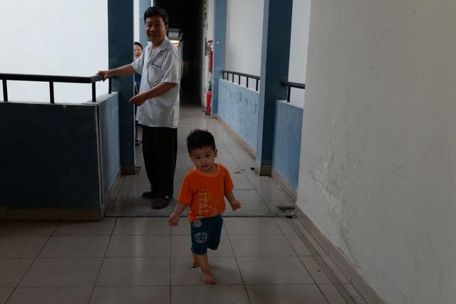 Dãy hành lang thông thoáng, sạch sẽ là nơi vui chơi của các em nhỏ khi bố mẹ đi làm.