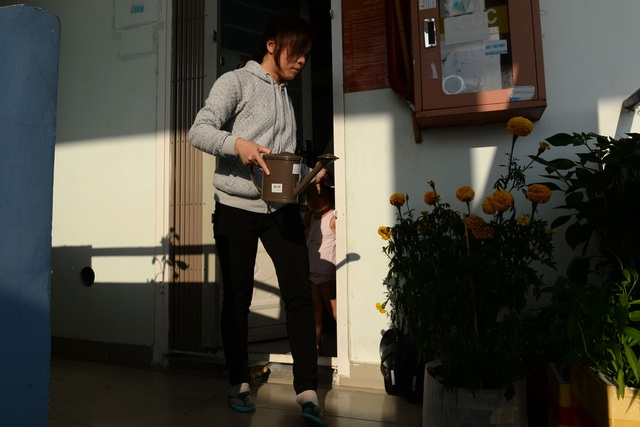 Chị Trúc Liễu (quê Bến Tre) đã chuyển đến căn hộ mới sống gần 2 năm nay. Mỗi ngày đi làm về, chị Liễu đều dành thời gian tưới nước cho mấy chậu hoa trước nhà mình.