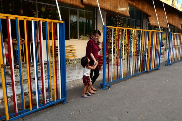 Chị Trúc Mai (30 tuổi, công nhân) tranh thủ giờ tan ca đến trường mần non đón con gái về nhà.