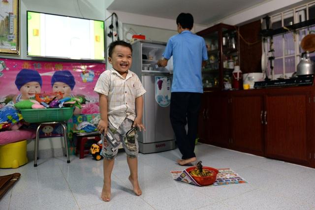 Vợ chồng anh Nguyễn Hữu Phúc (35 tuổi, quê Tiền Giang) đã dọn về ở hơn 1 năm nay. Con trai anh Phúc thích thú vì nhà mát hơn nhà trọ, có mạng để xem phim hoạt hình.