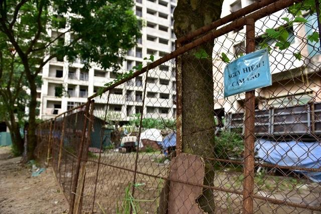 Xung quanh khu nhà ở sinh viên này đang được quây tôn, hàng rào thép kèm biển báo nguy hiểm, cấm vào.
