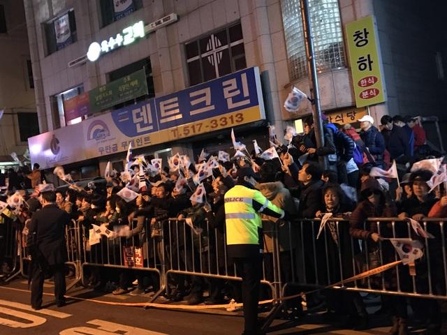 Nhiều người ủng hộ đã reo hò, vẫy cờ chào đón cựu Tổng thống Park khi bà trở về nhà riêng. (Ảnh: CNA)