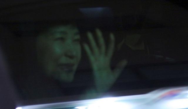Bà Park vẫy chào người ủng hộ từ trong xe khi chiếc xe dừng lại ở căn hộ riêng. (Ảnh: AFP)