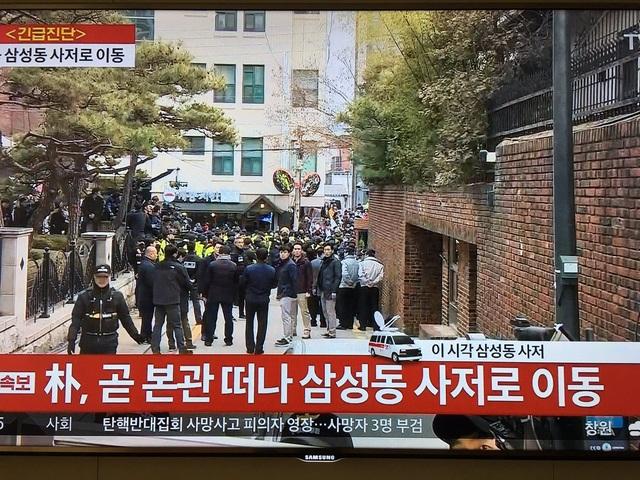 Nhiều người đã chờ đón sẵn bên ngoài căn hộ riêng của bà Park từ rất sớm. (Ảnh: Twitter)
