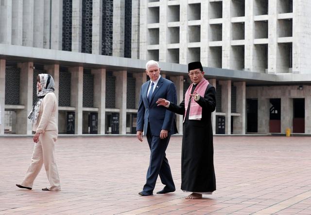 Phó Tổng thống Pence và nói chuyện cùng lãnh tụ Hồi giáo Indonesia Lãnh tụ Hồi giáo Indonesia Nasaruddin Umar tại nhà thờ Hồi giáo Istiqlal ở Jakarta.