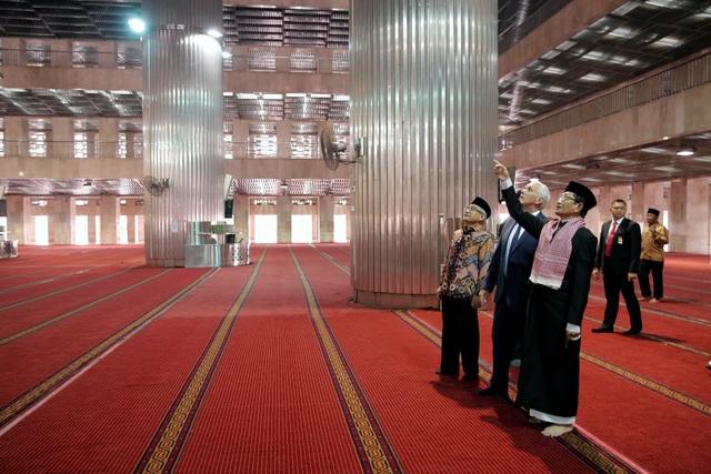 Ông Pence thăm quan bên trong nhà thờ Hồi giáo Istiqlal.