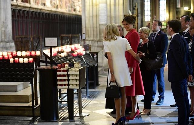 Hai Đệ nhất phu nhân thăm một nhà thờ tại Paris hôm 13/7. (Ảnh: Getty)