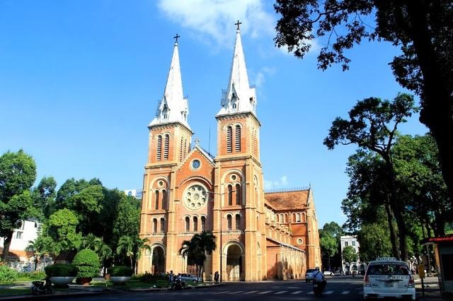 Nhà thờ Đức Bà là nhà thờ Công giáo có quy mô lớn và đặc sắc.