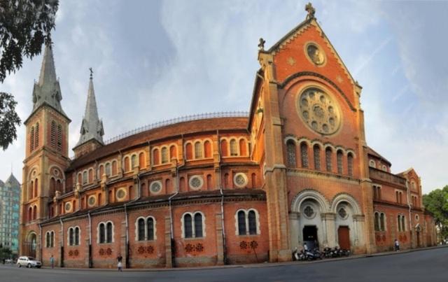 Một điều rất đặc biệt là nhà thờ không có vòng rào hoặc bờ tường bao quanh như các nhà thờ quanh vùng Sài Gòn - Gia Định lúc ấy và bây giờ.