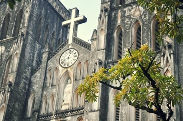 Nhà thờ lớn được thiết kế theo phong cách kiến trúc Gothic trung cổ châu Âu.
