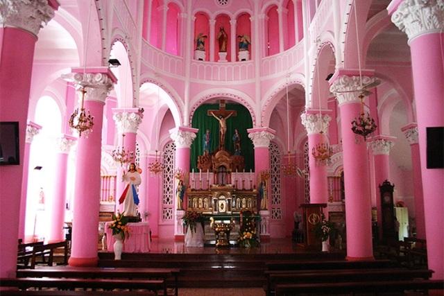 Toàn bộ công trình hiện được sơn màu hồng.