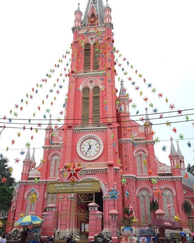 Nhà thờ Tân Định tổng thể mang phong cách kiến trúc Gothic, nhưng các chi tiết trang trí lại mang chút Roman và Baroque.