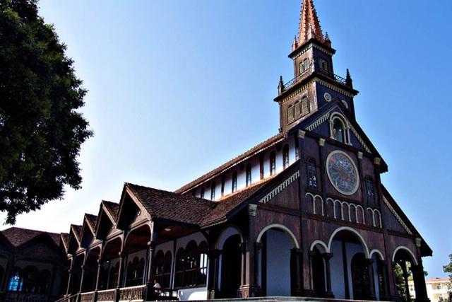 Nhà thờ được làm hoàn toàn bằng gỗ cà chít.