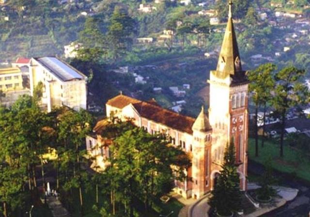 Nhà thờ Con Gà là một trong những công trình kiến trúc tiêu biểu và cổ xưa nhất của Đà Lạt.