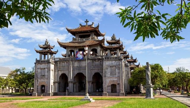"""Tất cả các công trình của nhà thờ đá Phát Diệm được bố trí trên một mặt bằng tổng thể hình chữ """"Vương""""."""