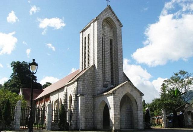 Nhà thờ Đá Sa Pa được xây dựng từ năm 1895 là dấu ấn kiến trúc cổ toàn vẹn nhất của người Pháp còn sót lại tại Sa Pa, Lào Cai.
