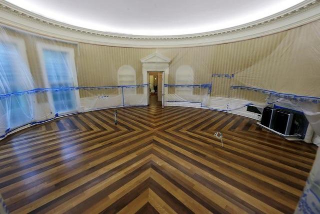 Tất cả các đồ đạc cùng thảm, rèm và vật trang trí bên trong Phòng Bầu Dục tại Nhà Trắng đã được chuyển đi để phục vụ cho quá trình trùng tu căn phòng này. Quá trình trùng tu sẽ kéo dài trong khoảng thời gian 17 ngày khi Tổng thống Trump nghỉ dưỡng tại sân golf của ông ở Bedminster, bang New Jersey.