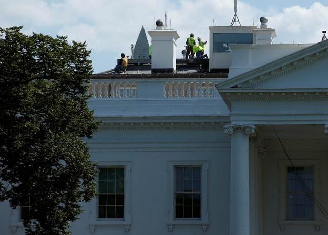 Các công nhân làm việc ở khu vực trên mái nhà.