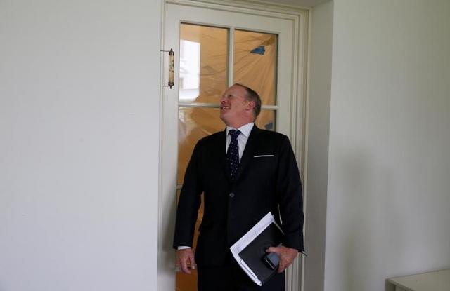 Cựu Thư ký báo chí Nhà Trắng Sean Spicer kiểm tra nhiệt độ phòng thông qua nhiệt kế đặt bên ngoài cửa sổ của Phòng Bầu Dục.