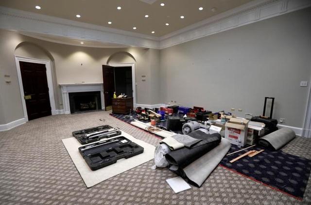 Các vật liệu và trang thiết bị phục vụ công tác tu sửa đặt tại Phòng Roosevelt ở Cánh Tây Nhà Trắng.