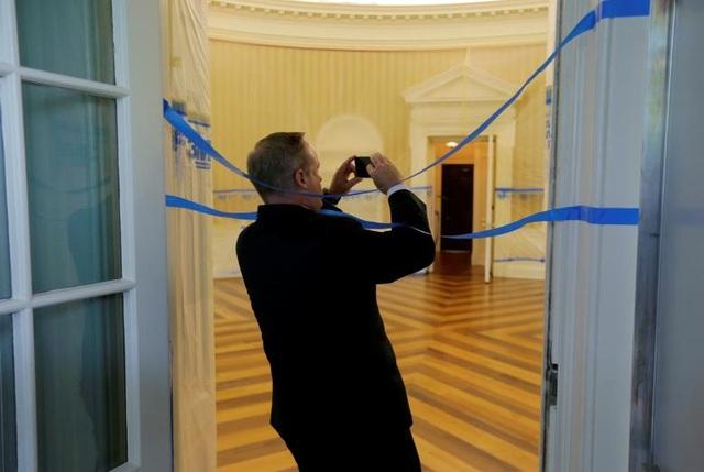 Cựu Thư ký Báo chí Nhà Trắng Sean Spicer chụp ảnh Phòng Bầu Dục - nơi đang được căng dây để phục vụ việc tu sửa. Phòng Bầu Dục là nơi Tổng thống Trump thường đón tiếp lãnh đạo các nước khi tới thăm Mỹ.
