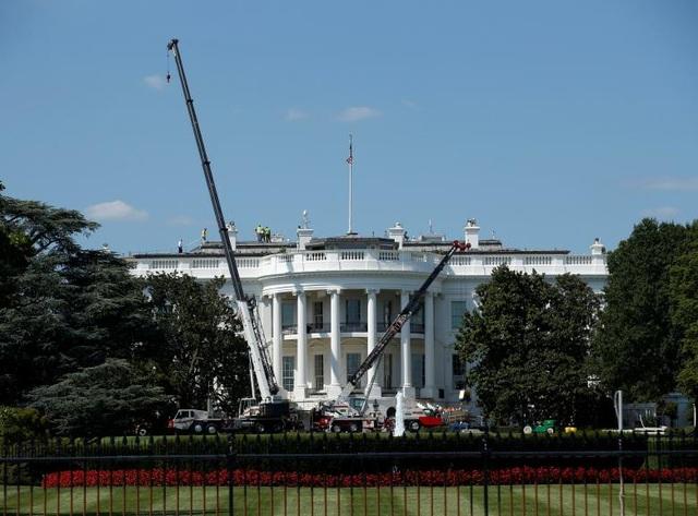 Những cần cẩu lớn đã được đưa tới Nhà Trắng để hỗ trợ các nhân viên trùng tu khu vực này.