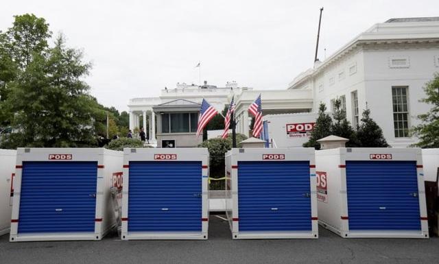 Các thùng lớn chứa vật liệu xây dựng được đặt bên ngoài Nhà Trắng.