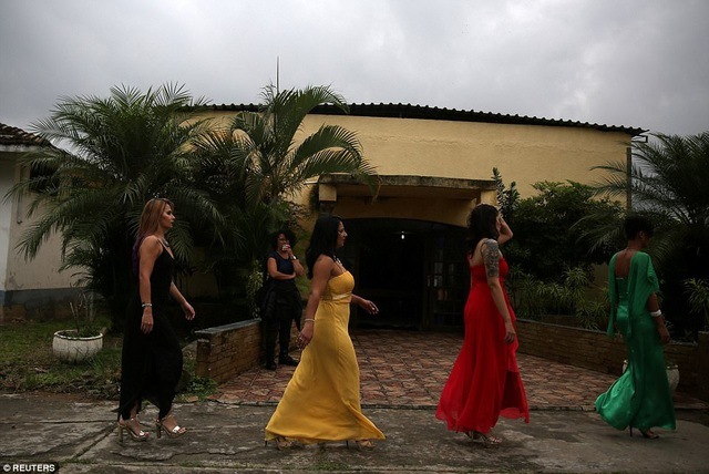 Ngày 23/11, nhà tù nữ giới Talavera Bruce ở Rio de Janeiro đã tổ chức cuộc thi hoa hậu đặc biệt có tên Hoa hậu Talavera Bruce. Đây là cuộc thi nhan sắc thường niên dành cho các nữ tù nhân để họ có cơ hội được diện những bộ trang phục đẹp, trang điểm và làm tóc như các thí sinh trong các cuộc thi sắc đẹp thông thường khác.