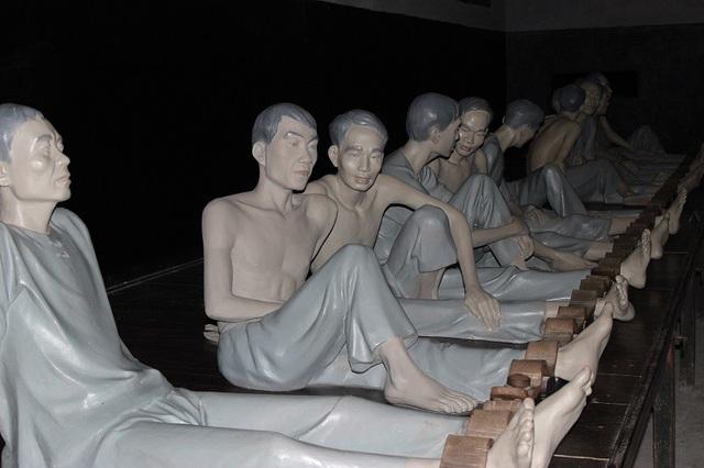 Những bức tượng bằng gỗ tái hiện cảnh tù đày khủng khiếp ở nhà tù Hỏa Lò