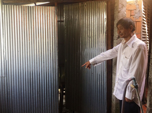 Ông Huỳnh Văn Dám đã làm nhà vệ sinh, nhà tắm cho các cháu của mình