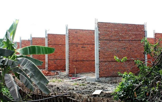 Hàng loạt căn nhà xây dựng trái phép trên đất nông nghiệp tại xã Long Thượng, huyện Cần Giuộc.