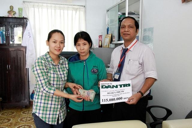 PV báo Dân trí cùng bác sĩ YBliu Arul – Phó Giám đốc Bệnh viện Đắk Lắk trao tặng số tiền 115.080.000 đồng từ Quỹ nhân ái đến gia đình em Hồ Duy Phước