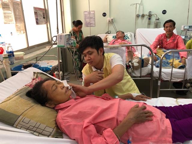 Thanh Thành bất lực nhìn mẹ đau đớn trên giường bệnh