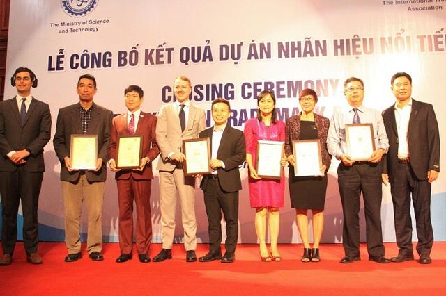 Ông Trương Hồng Dương- Chánh thanh tra Bộ KH&CN và ông Seth Hays, Trưởng đại diện INTA khu vực Châu Á Thái Bình Dương trao giấy Chứng nhận nhãn hiệu nổi tiếng cho các DN.