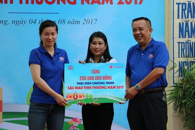 Đại diện nhà trường nhận bảng tài trợ từ  Sơn TOA Việt Nam và công ty Chemours TT