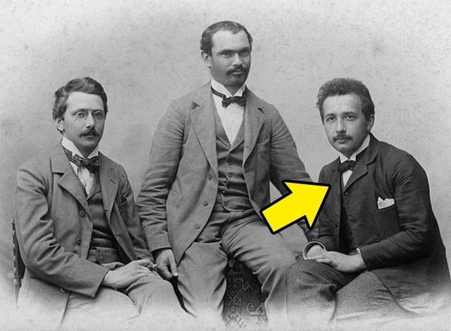 Hình ảnh nhà bác học lừng danh Albert Einstein thời còn trẻ cùng với những người bạn của mình được chụp vào năm 1903.