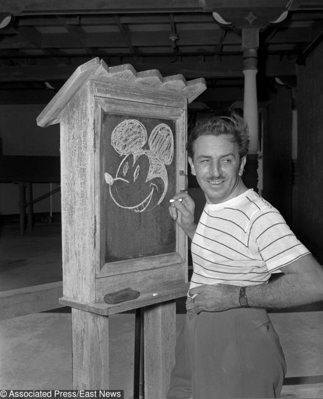 Bức ảnh ghi lại khoảnh khắc Walt Disney đang khắc họa hình ảnh nguyên mẫu của chú chuột Mickey, đứa con cưng đã đặt nền móng cho đế đế phim hoạt hình của ông.