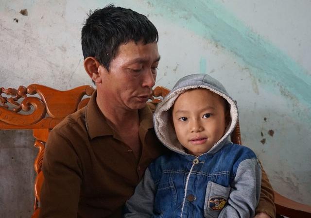 Nhiều biến cố liên tiếp xảy ra với các thành viên trong gia đình khiến anh Hùng hoang mang tột độ.