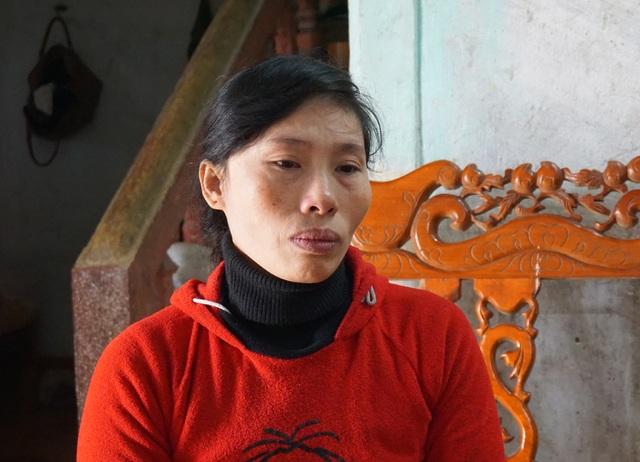 Trong tình thế cùng quẫn, chị Kim phải vay nóng lãi suất cao để lấy tiền chữa trị cho con.