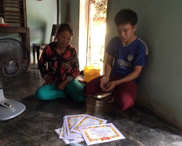 Mẹ Nguyễn Thị Chín bị bệnh thận cùng con trai Nguyễn Tấn Phước bị bệnh động kinh