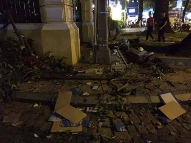 Hiện trường nhánh cây rơi trúng người phụ nữ trước Bưu điện TP