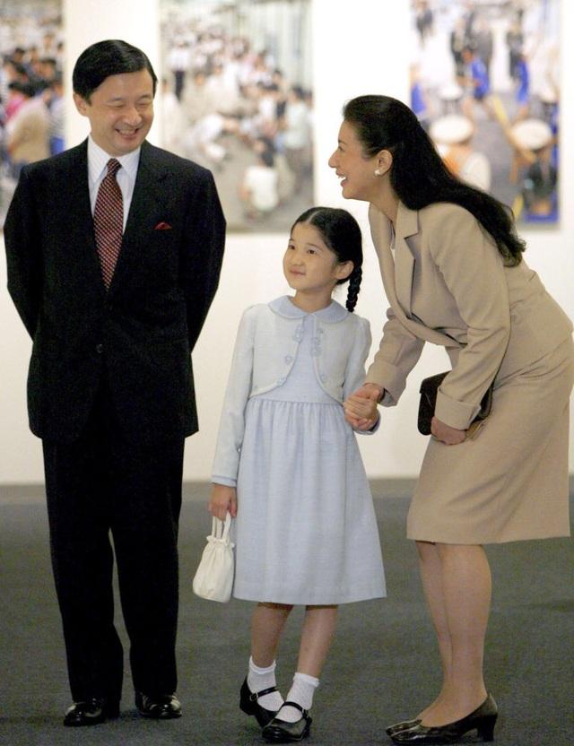 Thái tử Naruhito của Hoàng gia Nhật Bản đã kết hôn với bạn gái Masako Owada, vốn là một nhân viên của Bộ Ngoại giao Nhật Bản và sinh con gái là Công chúa Aiko.