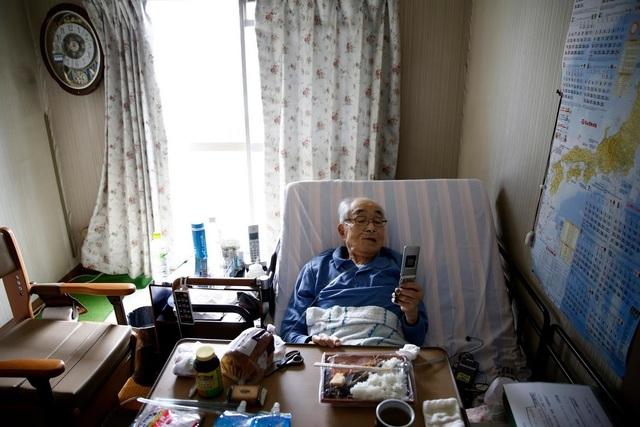 Ông Katsuo Saito chấp nhận điều trị tại nhà do thiếu giường bệnh (Ảnh: Reuters)