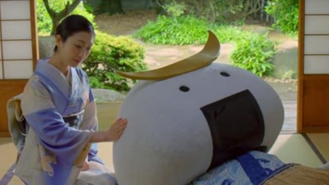 Hình ảnh nữ diễn viên và linh vật biểu tượng trong video quảng cáo du lịch gây tranh cãi ở Nhật Bản (Ảnh: SCMP)