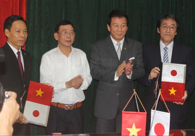 Đại sứ Nhật Bản tại Việt Nam Umeda Kunio (phải) và Giám đốc Làng trẻ em Birla Chu Đình Điệp (trái) đã ký kết Dự án nâng cấp Làng trẻ em Birla Hà Nội trước sự chứng kiến của Đại sứ đặc biệt Nhật - Việt/ Việt - Nhật Sugi Ryotaro (thứ hai từ phải qua) (Ảnh: Thành Đạt)