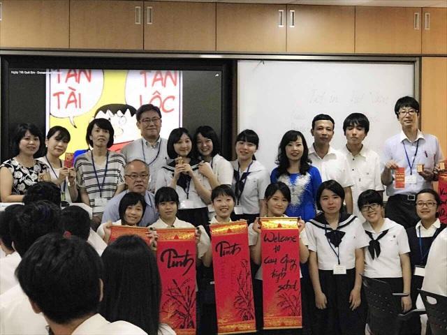 Tại phòng học tiếng Anh, Trường THPT Cầu Giấy: chủ đề Tết cổ truyền Việt Nam. Học sinh được trải nghiệm phong tục ngày Tết.