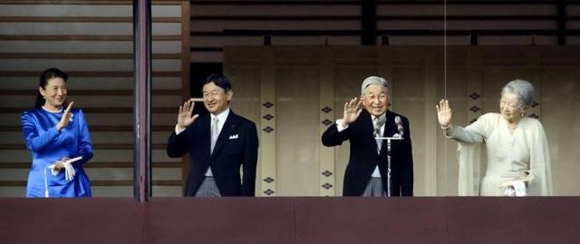 Nhật Hoàng Akihito và Hoàng hậu Michiko cùng Thái tử Naruhito và Công nương Masako vẫy tay chào các thần dân từ ban công Cung điện Hoàng gia ngày 2/1 (Ảnh: Kyodo)