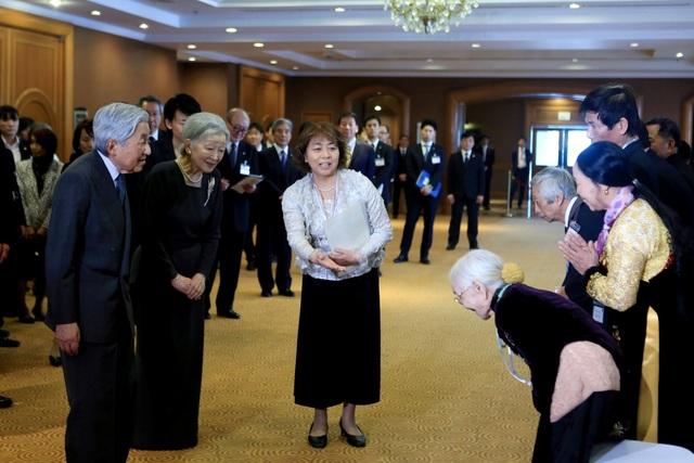Nhà vua và Hoàng hậu Nhật Bản gặp gỡ người thân các cựu binh sĩ Nhật ngày 2/3 (Ảnh: Reuters)